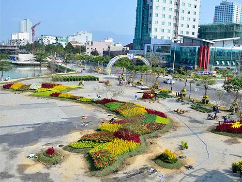Đường hoa mang hình bản đồ Việt Nam tại chân cầu Rồng, TP Đà Nẵng Ảnh: BÍCH VÂN