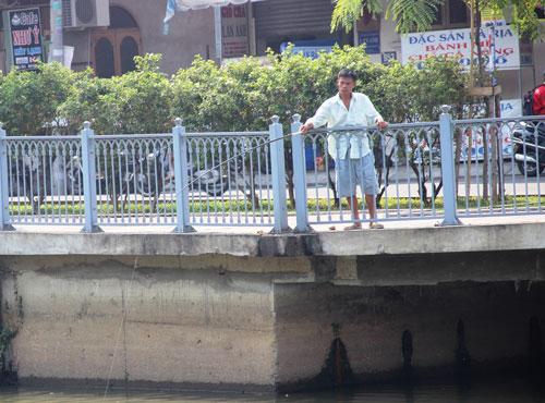 Tình trạng câu cá diễn ra phổ biến tại kênh Nhiêu Lộc - Thị Nghè