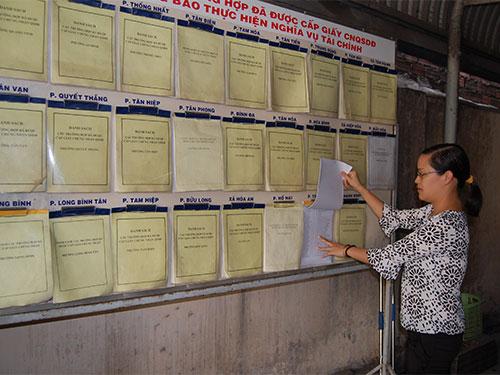 Danh sách các hộ dân đủ điều kiện nhận sổ đỏ được niêm kín bảng ở Văn phòng Đăng ký đất đai TP Biên Hòa, tỉnh Đồng Nai
