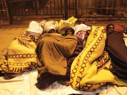 Hàng ngàn người vô gia cư ở New Delhi đang chống chọi với cái lạnh rét buốt Ảnh: Sunday Standard