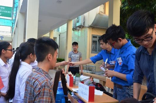 Những sinh viên tình nguyện đang hướng dẫn làm thủ tục dự thi cho các sỹ tử