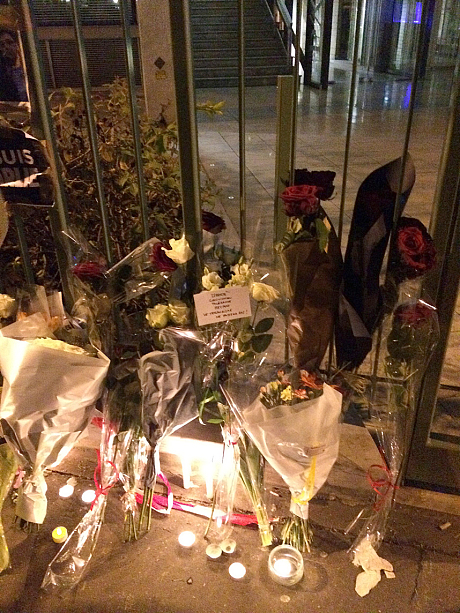 Đặt hoa tưởng niệm các nạn nhân tại tòa báo Charlie Hebdo. Ảnh: Telegraph