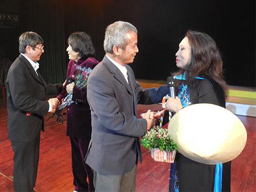 Ông Trần Thanh Hải và ông Đặng Ngọc Tùng tặng hoa chúc mừng NSND Bạch Tuyết, NSƯT Minh Vương trong chương trình Ngôi sao phương Nam tối 8-3 tại Hà Nội