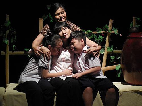 Cảnh trong vở Chuyện tình lá diêu bông - vở diễn cuối của Nhà hát kịch Sân khấu nhỏ TPHCM trước khi tạm ngưng hoạt động