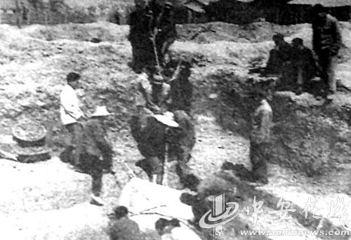 Hiện trường khai quật khu mộ Bao Công vào năm 1973. (Ảnh tư liệu của tác giả)