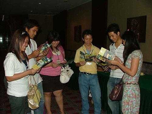 Các bạn trẻ Thái Lan đọc tờ rơi giới thiệu về du lịch Hội An