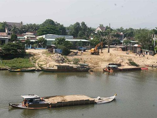 Những chủ thuyền công khai tổ chức khai thác cát trái phép trên sông Thu Bồn Ảnh: QUANG VINH