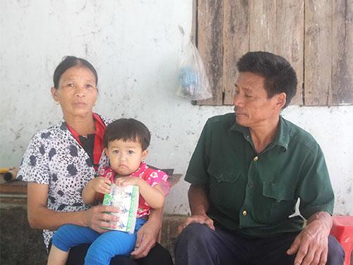 Vợ chồng bà Đặng Thị Cháu (xóm Đại Đồng, xã Mỹ Lộc, huyện Hậu Lộc, tỉnh Hà Tĩnh) quanh năm ở nhà trông cháu cho con đi làm ăn xa Ảnh: ĐỨC NGỌC