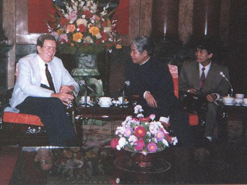 Đặc phái viên của tổng thống, cựu Ngoại trưởng Edmund Muskie tiếp kiến Tổng Bí thư Đỗ Mười vào tháng 4-1993. (Ảnh do Đại sứ Lê Văn Bàng cung cấp)