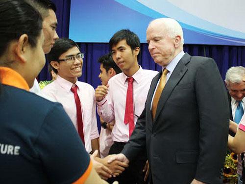 Chủ tịch Ủy ban Quân vụ Thượng viện Mỹ John McCain gặp gỡ sinh viên tại TP HCM hôm 29-5 Ảnh: HOÀNG TRIỀU