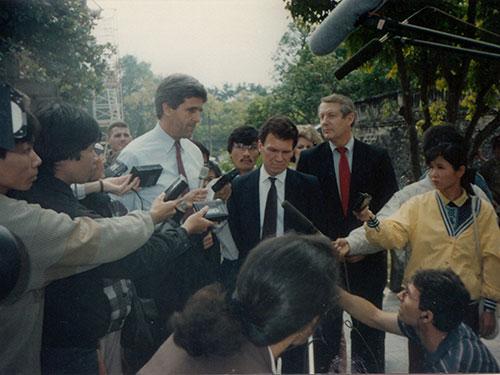 Ngoại trưởng John Kerry đến thăm Hà Nội năm 1992 (Ảnh do Đại sứ Lê Văn Bàng cung cấp)