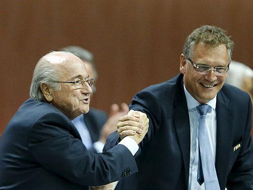 Chủ tịch FIFA S. Blatter (bên trái) và Tổng Thư ký J. Valcke, người trước đó từng bị xem là gánh tội cho Blatter trong vụ bê bối phá hợp đồng MasterCard khiến FIFA lỗ 60 triệu USDẢnh: REUTERS