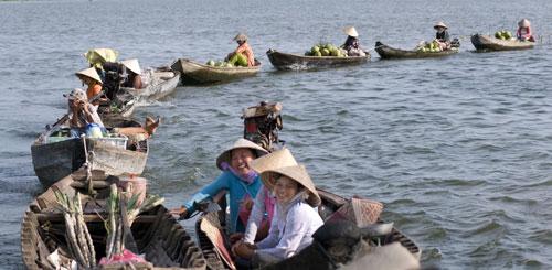 Sản vật miền Tây như trái cây, tôm cá... phong phú quanh năm Ảnh: TRẦN CHÍ KÔNG