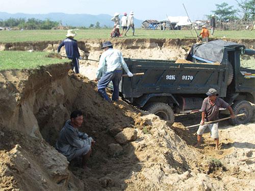 """Khai thác đất cát rầm rộ ở bờ sông Vu Gia mà chính quyền địa phương gọi là """"cải tạo đất"""" Ảnh: BÍCH VÂN"""