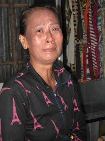 Bà Thạch Thị Lợi không cầm được nước mắt khi nghĩ đến chuyện con trai phải bỏ xác ở biển Ảnh: DUY NHÂN