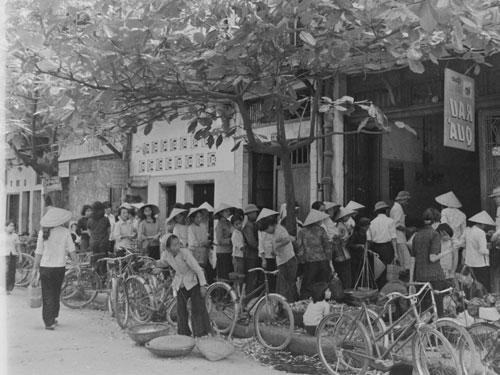 Cảnh xếp hàng trước các cửa hàng mậu dịch chờ mua nhu yếu phẩm theo chế độ tem phiếu ở TP HCM và các tỉnh ở miền Nam vào những năm cuối 1970, đầu 1980. (Ảnh tư liệu)