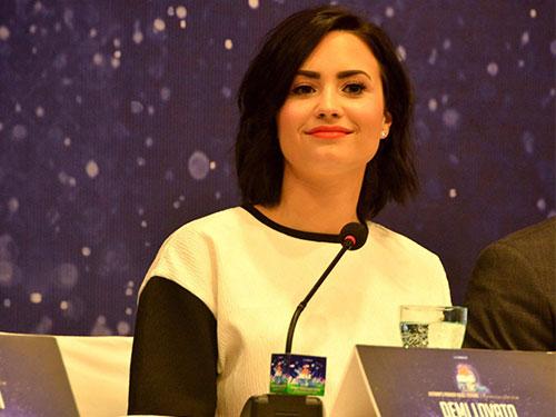 Demi Lovato trong buổi họp báo tại TP HCM