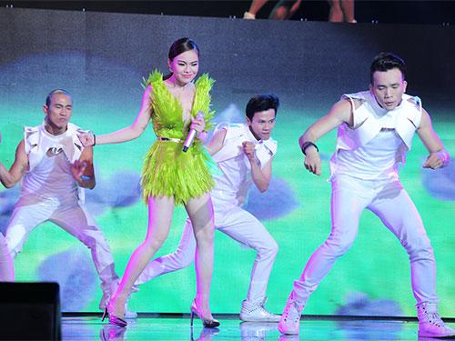 Ca sĩ Giang Hồng Ngọc trình diễn trong chương trình Hòa âm và ánh sáng của Công ty Cát Tiên Sa Ảnh: LÝ VÕ PHÚ HƯNG