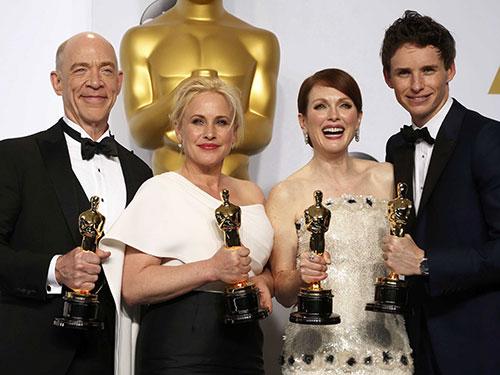 Các diễn viên (từ trái qua) khoe tượng vàng Oscar: J.K. Simmons: Nam diễn viên phụ xuất sắc nhất (phim Whiplash), Patricia Arquette: Nữ diễn viên phụ xuất sắc nhất (phim Boyhood), Julianne Moore: Nữ diễn viên chính xuất sắc nhất (phim Still Alice) và Eddie Redmayne: Nam diễn viên chính xuất sắc nhất (phim The theory of everything) Ảnh: REUTERS