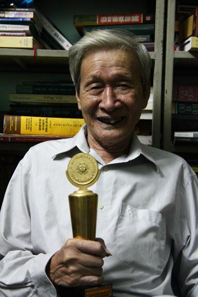 Nhà văn Nguyễn Xuân Khánh vui với tượng Mai Vàng trên tay Ảnh: NGUYỄN ĐÌNH TOÁN