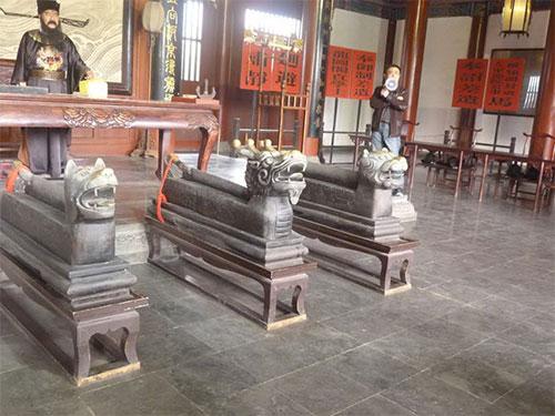 Mô phỏng công đường của Bao Công với long - hổ - cẩu đầu đao