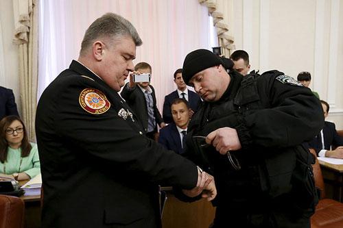 Ông Sergiy Bochkovsky (trái) bị còng tay giữa cuộc họp hội đồng bộ trưởng Ukraine Nguồn: Reuters