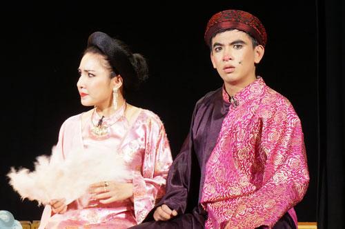 Các diễn viên Huỳnh Trâm và Huỳnh Quý trong vở Cướp dâu»