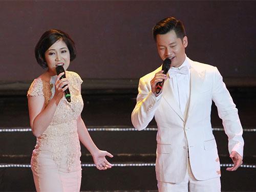 Hai ca sĩ Thanh Thúy, Đức Tuấn thể hiện ca khúc Khát vọng trong lễ trao Giải Mai Vàng lần thứ 20-2014 Ảnh: Hoàng Triều
