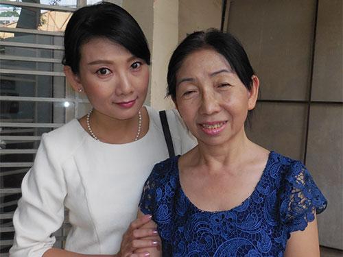 Tác giả Mỹ Dung (phải) và nghệ sĩ Mỹ Uyên