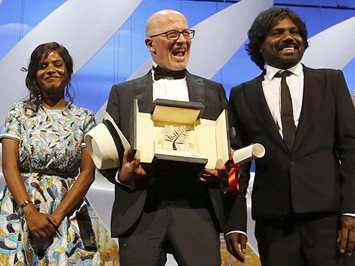 Jacques Audiard (giữa) và nữ diễn viên Kalieaswari Srinivasan cùng nam diễn viên Jesuthasan Antonythasan nhận giải Cành cọ vàng tại LHP Cannes lần thứ 68 Ảnh: REUTERS