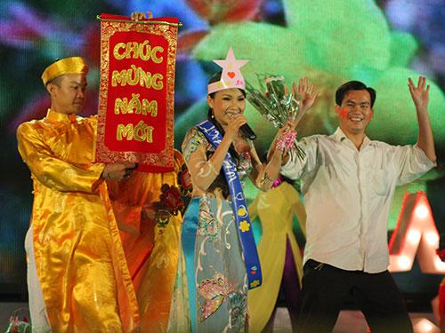 Ca sĩ Cẩm Ly biểu diễn trong chương trình Mai Vàng chào Xuân phục vụ công nhân. (Ảnh tư liệu của Báo Người Lao Động)