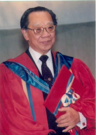 GS-TS Trần Văn Khê được trao bằng vinh danh Viện sĩ Thông tấn Viện Hàn lâm Khoa học Văn chương Nghệ thuật châu Âu năm 1993. (Ảnh do gia đình GS-TS Trần Văn Khê cung cấp)
