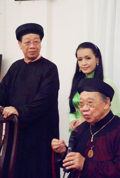 GS-TS Trần Quang Hải và cha, cố GS-TS Trần Văn Khê, nghệ sĩ đàn tranh Nguyễn Hải Phượng trong một chuyên đề âm nhạc dân tộc tổ chức tại căn nhà 32 Huỳnh Đình Hai, phường 24, quận Bình Thạnh - TP HCM