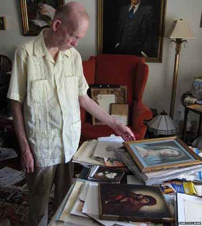 Mark Landis bên những bức tranh giả tự tạo của mình   Ảnh: THE NEW YORK TIMES