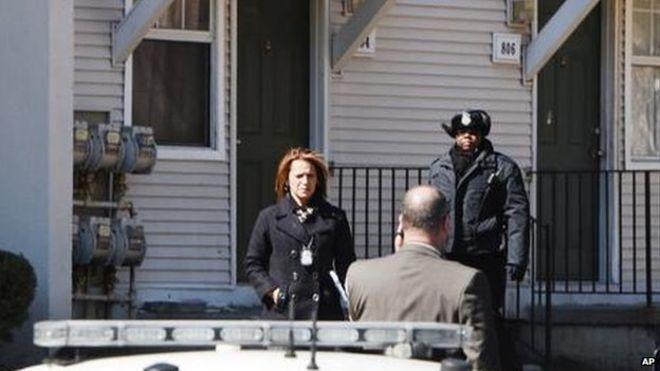 Cảnh sát đang điều tra vụ việc tại hiện trường. Ảnh: AP