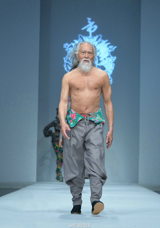 Cụ ông 79 tuổi sở hữu thân hình dẻo dai nhờ tập thể hình
