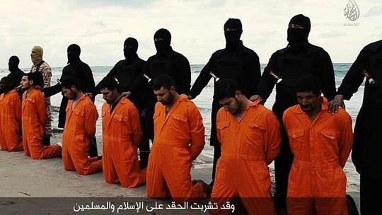 Các con tin mặc trang phục màu cam bị bắt quỳ gối. Ảnh: News.com.au