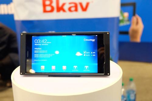Smartphone Bphone lần đầu tiên xuất hiện tại CES 2014.