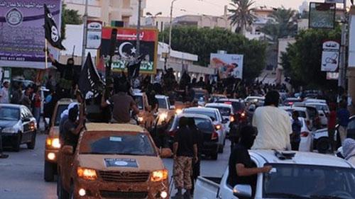 Phiến quân IS diễu hành biểu dương lực lượng ở TP Derna - Libya Ảnh: BBC