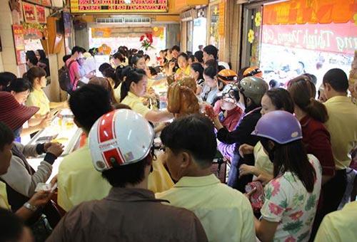 Khách hàng chờ mua vàng tại một cửa hàng ở TP HCM trong ngày Thần Tài mùng 10 tháng giêng vừa qua Ảnh: Lê Phong