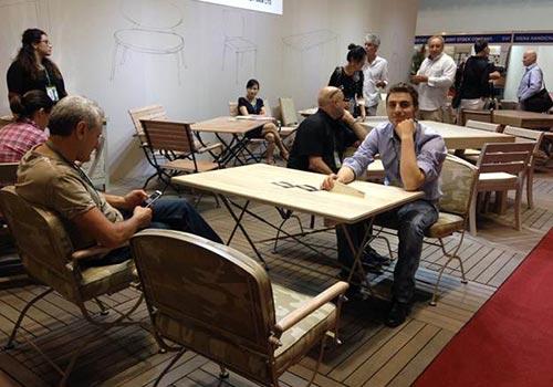 Ngành gỗ đang có nhiều cơ hội xuất khẩu (trong ảnh: Khách hàng tại hội chợ đồ gỗ xuất khẩu ở TP HCM)