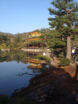 Chùa Gác Vàng. Người Nhật tin rằng tiếng chuông chùa giúp con người trở nên thanh khiết hơn