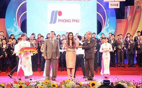 Bà Lê Thị Ánh Ngọc, Giám đốc điều hành Tổng Công ty CP Phong Phú, đại diện Tổng Công ty CP Phong Phú nhận giải thưởng