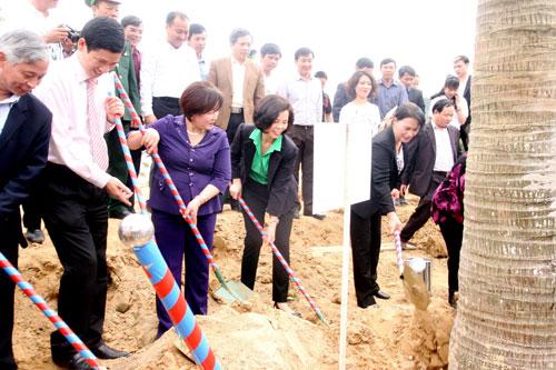 Các đại biểu tham gia trồng cây tại khu mộ Đại tướng Võ Nguyên Giáp