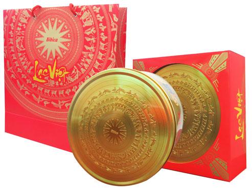Bộ sản phẩm Lạc Việt của Bibica với hoa văn trống đồng Ngọc Lũ. Ảnh: HÀ PHƯƠNG