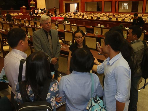 Ông Kevin Moore, Giám đốc điều hành VWS, trò chuyện với các phóng viên bên lề hội nghị