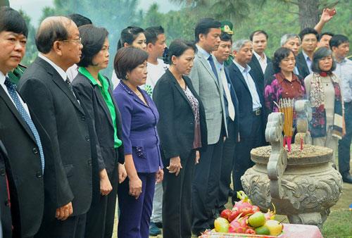 Các đại biểu dâng hương và hoa tại mộ Đại tướng Võ Nguyên Giáp