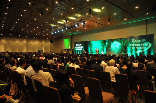 """Buổi ra mắt sản phẩm mới """"Manulife - Gia Đình Tôi Yêu"""" với sự tham gia của đội ngũ kinh doanh hơn 2.000 người trong sự kiện phát động kinh doanh 2015 tại TP HCM"""