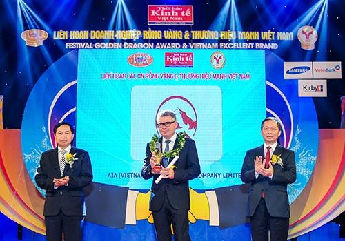 Ông Stephen Clark, Tổng Giám đốc AIA Việt Nam, nhận giải thưởng Rồng vàng lần thứ 9