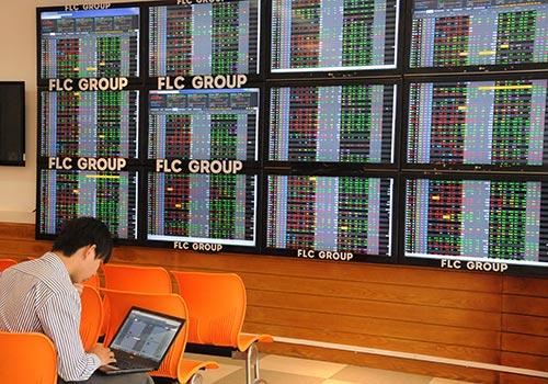 Cổ phiếu các ngân hàng trên thị trường chứng khoán Việt Nam được xem là còn khá rẻ so với khu vực Ảnh: Hồng Thúy